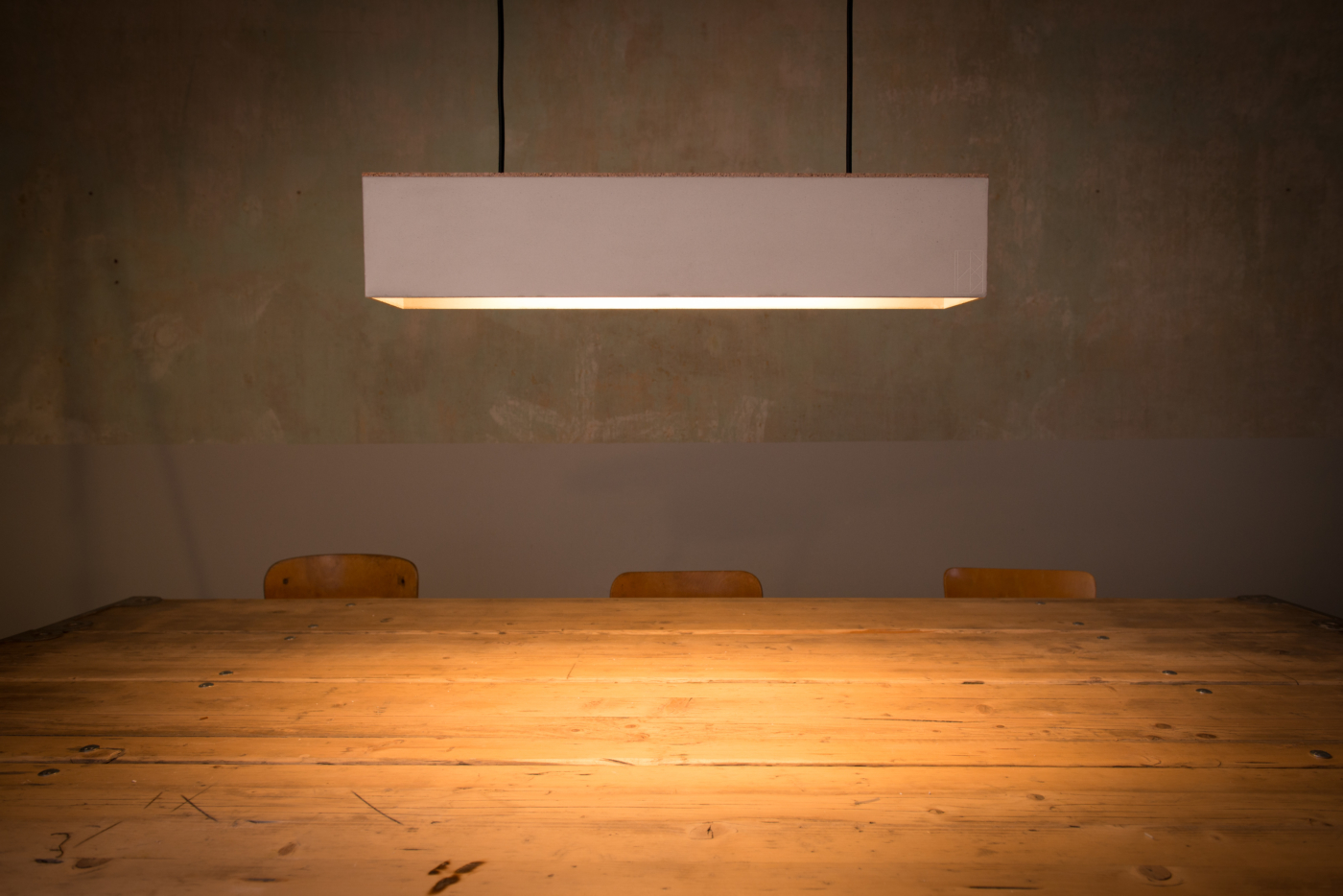 Betonlampe FRIEDRICH aus der Heine & Becker Manufaktur. Das minimalistische Design der Beton-Hängeleuchte FRIEDRICH gibt Ihrem Wohn- und Essbereich eine neue Atmosphäre. Klare Linien, von der Lampe bis zur Decke. Friedrich wird in unserer Manufaktur aus einem Stück von Hand gegossen und ist mit zwei hochwertigen LED Röhren versehen, die individuell austauschbar sind. Durch das direkte, nach unten gerichtete Licht wird Ihr Tisch oder Barbereich optimal beleuchtet, während gleichzeitig die Sitzenden nicht geblendet werden. So wird ideales Licht für eine gemütliche Runde geschaffen. Das Heine & Becker Befestigungssystem Baldachin BENGT 1 ermöglicht einen sicheren Halt Ihrer Leuchte und fließenden Designübergang vom Lichtkegel bis zur Decke.