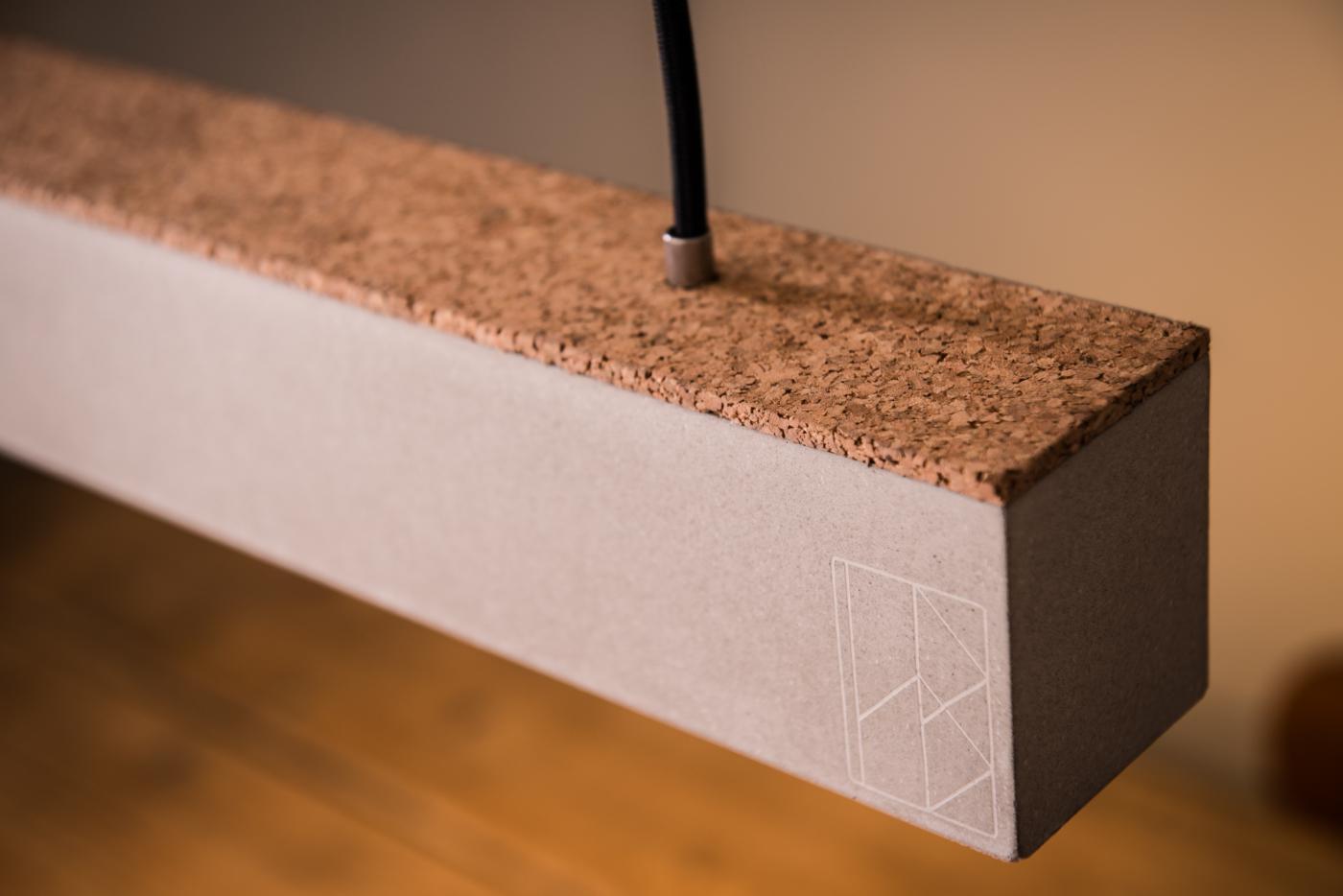 Das minimalistische Design der Beton-Hängeleuchte SARAH gibt Ihrem Wohn- und Essbereich eine neue Atmosphäre. Der Betongrundkörper wird in unserer Manufaktur aus einem Stück von Hand gegossen. Die Beton-Hängeleuchte SARAH ist mit einer hochwertigen LED Röhren versehen, die individuell austauschbar ist. Klare Linien, von der Leuchte bis zum Baldachine! Durch das von uns entwickelte Befestigungssystem Baldachin BENGT 1 können wir als einzige Manufaktur Ihnen ein Gesamtsystem von der Leuchte bis zum Baldachine aus Beton anbieten. Das Befestigungssystem wurde so konstruiert, dass auf ein unnötiges drittes Kabel verzichten werden kann. Das Heine & Becker Befestigungssystem Baldachin BENGT 1 ermöglicht einen sicheren Halt Ihrer Leuchte und fließenden Designübergang vom Lichtkegel bis zur Decke.