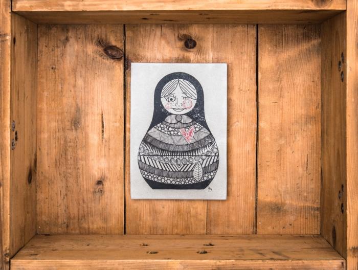 Die weltweit ersten handgemachten Betonbilder ihrer Art! Made in Erfurt. Alle Betonbilder werden in unserer Manufaktur gefertigt. Keine Fließbandarbeit, sondern noch echte Handarbeit! Unser entwickeltes Druckverfahren erzeugt bei jedem Bild ein unterschiedliches Oberflächenfinish*, wodurch jedes Betonbild ein Unikat ist.