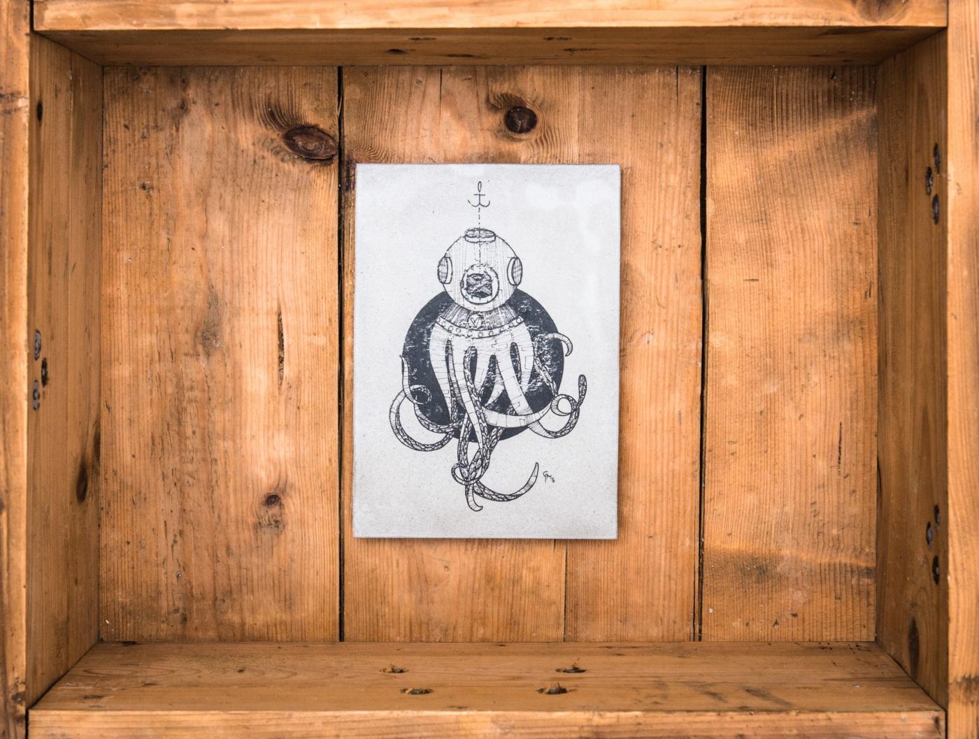 """Betonbild """"Octopus der Taucher"""" Die weltweit ersten handgemachten Betonbilder ihrer Art! Made in Erfurt. Alle Betonbilder werden in unserer Manufaktur gefertigt. Keine Fließbandarbeit, sondern noch echte Handarbeit! Unser entwickeltes Druckverfahren erzeugt bei jedem Bild ein unterschiedliches Oberflächenfinish*, wodurch jedes Betonbild ein Unikat ist."""