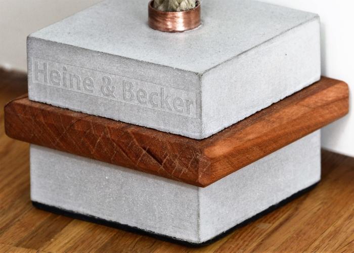 Türstopper MOMO im edlen Materialmix. Ob starker Wind oder ein heftiger Streit, unser MOMO hält Dir die Tür auf. Unser neuer Türstopper MOMO besteht aus einem edlem Materialmix. Der Clou ist, dass bis auf den Beton alles Upcycling Materialien sind - nachaltig und ressourcen schonend! Produktdetails: - Materialmix: Beton, Holz (Esche), Messing, Jute - Juteschlaufe zum Anheben, ca. 10 cm Länge - Anti-Rutschgummi zum Schutz Ihrer Bodenfläche