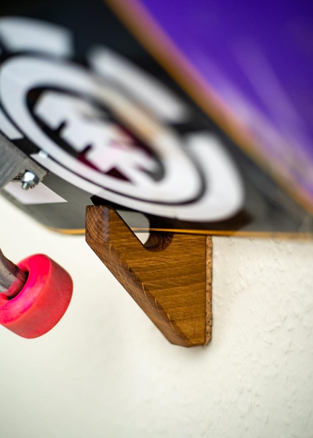 """Longboard & Skateboard Halter OLLIE Du suchst mal wieder dein Board? Damit ist nun Schluss! Wir haben OLLIE gebaut, damit dein Board sicher und stolz an der Wand hängt. Wir fertigen OLLIE wahlweise aus Vollholz (aus einem Eichenstück gefräst) oder Beton an. Warum heißt unser OLLIE, OLLIE? Der Ollie ist wahrscheinlich der """"ERSTE"""" Flatttrick eines jeden Skaters und bietet die Grundlage für viele weitere Tricks beim Skateboarden. Unsere Skatboard Halter OLLIE ist der """"ERSTE"""" aus BETON und bildet eine sichere Wandhalterung für dein Long- oder Skateboard. GO Skateboarding Produktdetails: - wahlweise aus Holz (aus einem Eichenstücke gefräst) oder Beton erhältlich - inkl. Befestigungsmittel* - Auflage aus Kork zum Schutz Deiner Wand"""