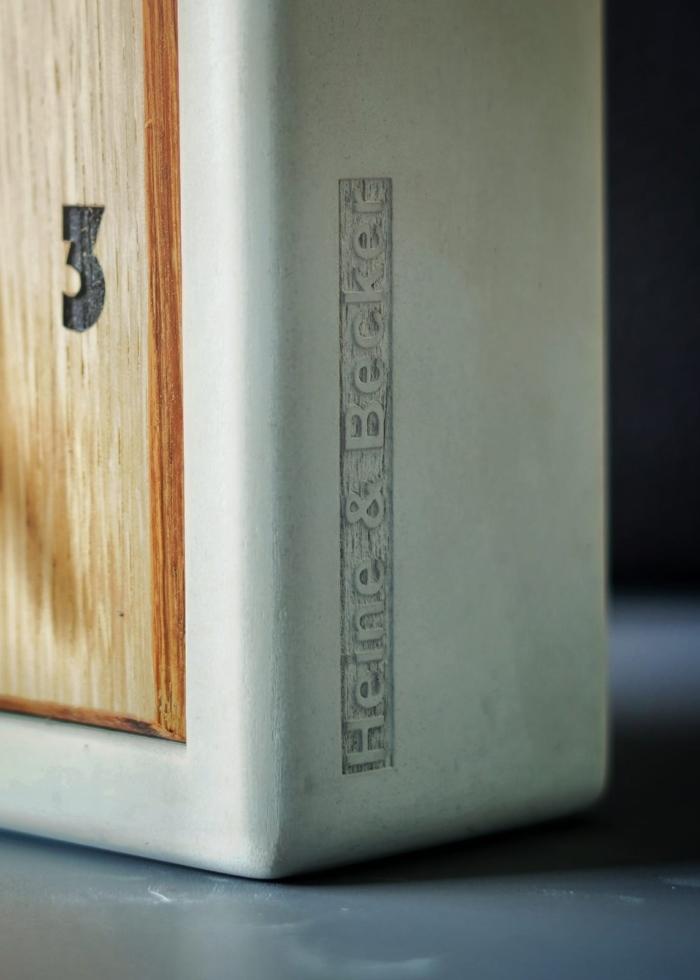 Quadratisch, praktisch, ALVA! Die Tischuhr ALVA wurde in einer schlichten, geometrischen Grundform gehalten und ist von uns aus einem hochwertigen Materialmix hergestellt worden. Das Gehäuse besteht aus hochfestem Beton. Das Ziffernblatt wird aus Eichenholz gefertigt und die Ziffern gelasert. Die Zeiger werden einzeln aus einem Stück Akazienholz hergestellt. Das ist noch echte Handarbeit! Das batteriebetriebene Quarzuhrwerk arbeitet angenehm leise und sorgt für eine zuverlässige Zeitanzeige. ALVA wird mit einer 1,5 Volt (AA) Batterie betrieben, die im Lieferumfang enthalten ist. Was will man mehr.