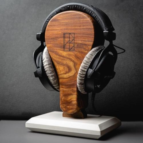 Kopfhörerständer in limitierter Auflage aus der HEINE & BECKER Manufaktur