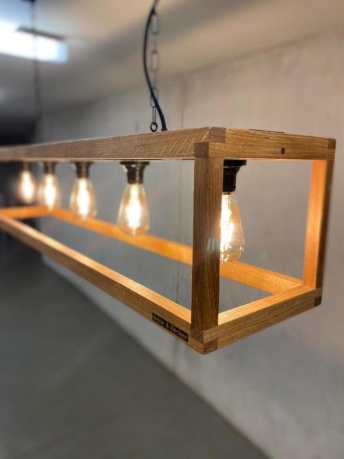 Die Hängeleuchte JUJUY ist unsere erste Leuchte aus Holz. Das minimalistische Grundgestell aus massiver Eiche setzt das Leuchtmittel perfekt in Szene. Die Hängeleuchte ist über eine Gliederkette mit dem Baldachin verbunden, dieser ist in minimalitischem Stahlblech designed.